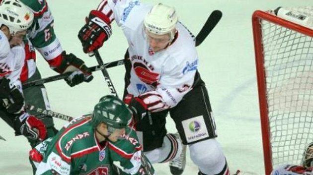 Skrumáž před brankou Omsku v zápase s Kazaní