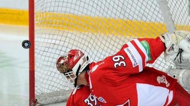 Dominik Hašek inkasuje gól v brance Spartaku Moskva