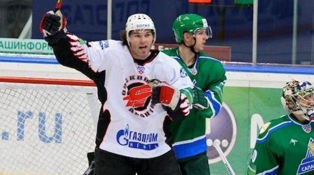 Jaromír Jágr vedle obránce Ufy Miroslava Blaťáka