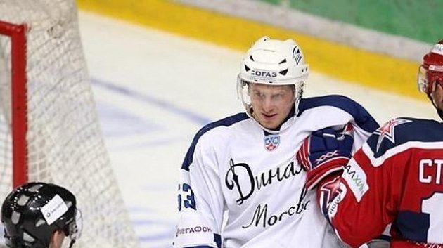 Útočník Dynama Denis Tolpeko (vlevo) a Starkov z CSKA Moskva