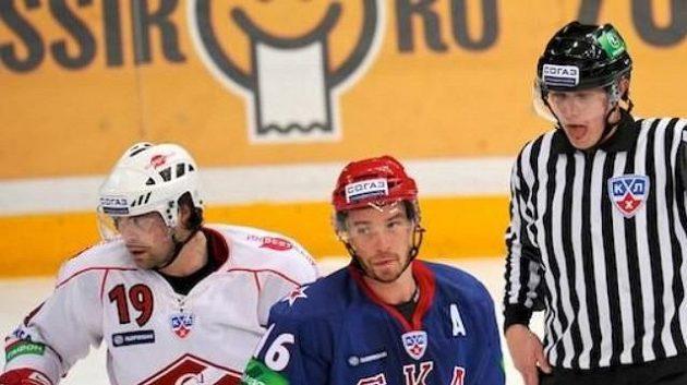 Hokejista Petrohradu Petr Čajánek (uprostřed)