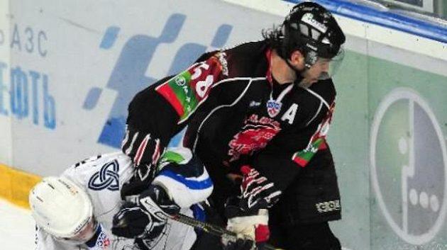 Hokejista Omsku Jaromír Jágr v souboji u mantinelu