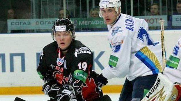 Útočník Omsku Anton Kurjanov před brankářem Astany Glassem
