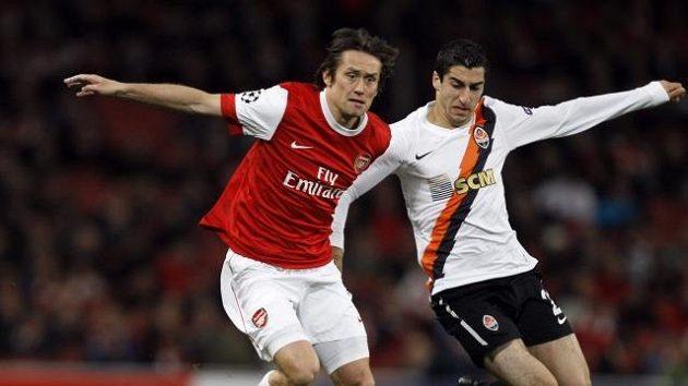 Tomáš Rosický z Arsenalu (vlevo) bojuje o míč s Henrikem Mchitarjanem ze Šachtaru Doněck.