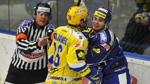 Antonín Honejsek (vpravo) se poškorpil se svým nedávným kapitánem Petrem Čajánkem už v základní části a v play off to nebude jiné.