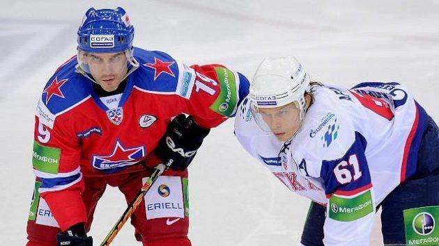 Útočník CSKA Alexej Jašin (vlevo) a Maxim Afinogenov z Petrohradu