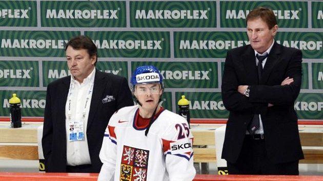 Šéf hokejového svazu Tomáš Král (vlevo), trenér národního týmu Alois Hadamczik (vpravo) a uprostřed Jiří Hudler, který nebyl na olympijské hry nominován.