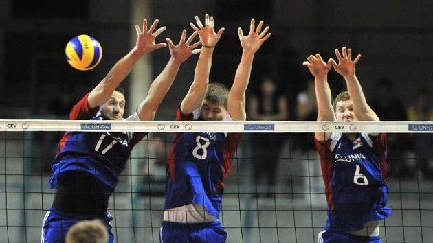 Čeští volejbalisté (zleva David Konečný, Vladimír Sobotka a Karel Linz) brání útok soupeřova týmu.