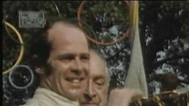 Peter Gethin přebírá pohár pro vítěze Grand prix v Monze v roce 1971.