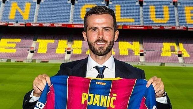 Bosenský záložník Miralem Pjanič pózuje s dresem Barcelony, za ni si ale nejspíš nějakou dobu nezahraje.