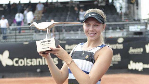 Amanda Anisimovová s trofejí pro vítězku turnaje v Bogotě.