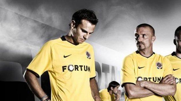 Fotbalisté Sparty v nových venkovních dresech, jež mají výrazně žlutou barvu