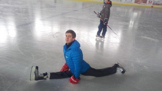 Roman Bernat znovu nazul brusle a vkročil na ledovou plochu.