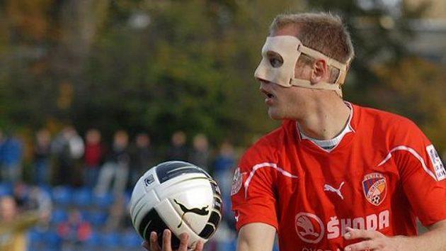 Plzeňský záložník Daniel Kolář s obličejovým krytem při utkání proti Brnu.