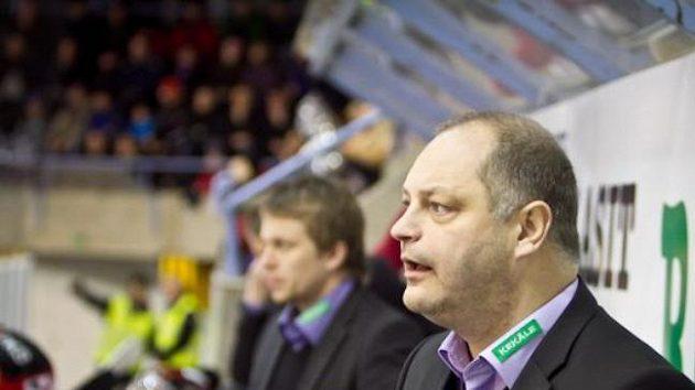 Esa Tikkanen jako trenér na střídačce týmu Jokipojat Joensuu