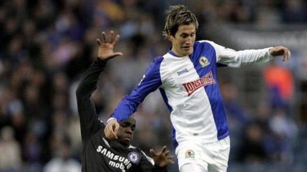 Mladá hvězda Blackburnu Morten Gamst Pedersen (vpravo) vsouboji sLassanem Diarrou zChelsea.