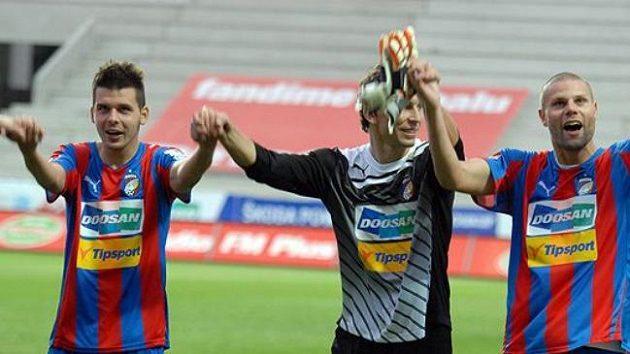 Plzeňský gólman Marek Čech (uprostřed) se chce v sobotu se spoluhráči radovat z titulu.