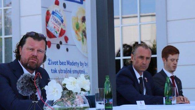 Kapitán Motoru České Budějovice Pavel Pýcha na předsezónní tiskové konferenci. Uprostřed sedí trenér Václav Prospal, vlevo je prezident klubu Roman Turek.