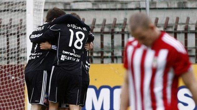 Fotbalisté Příbrami se radují z branky na Žižkově.