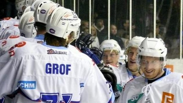 Radost hokejistů Chomutova z gólů proti Ústí
