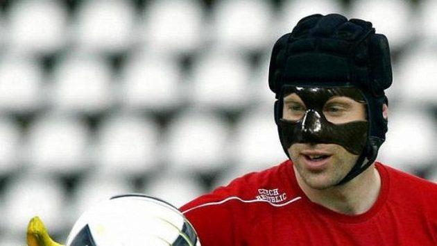 Vedle tradiční helmy Petr Čech při baráži s Černou Horou nasadí kvůli zlomenému nosu i obličejový kryt.