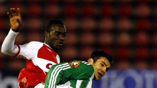 Lafrance ve slávistickém dresu se snaží prosadit přes protihráče z týmu Bohemians Praha.