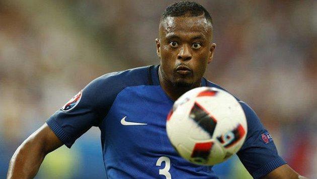 Skvělý francouzský obránce Patrice Evra ukončil kariéru.