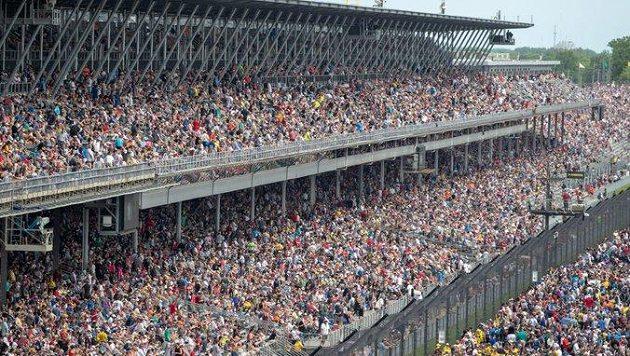 Slavný automobilový závod 500 mil Indianapolis by letos mělo sledovat na tribunách až 135 000 návštěvníků.