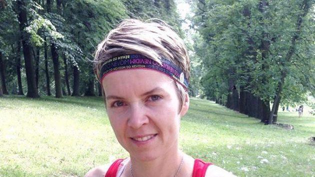 Zuzana Macurová a její testovací čelenka pro běhání.