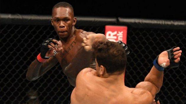 Israel Adesanya bude obhajovat mistrovský pás střední váhy již potřetí. Povede si stejně úspěšně jako s Brazilcem Costou na UFC 253?