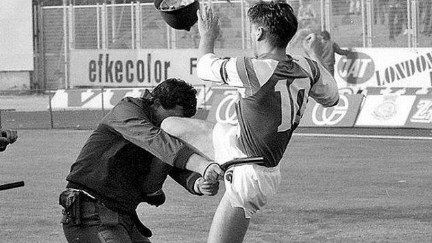Ikonický moment, kdy fotbalista Dinama Záhřeb Zvonimir Boban před třiceti lety nakopl před dueleum s Crvenou Zvezdou Bělehrad policistu.