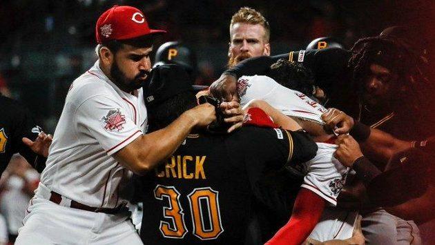 Ilustrační foto: Bitka mezi hráči Pittsburghu a Cincinnati.