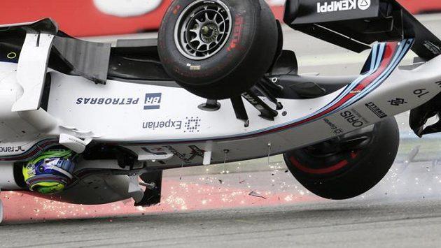 Pilot Williamsu Felipe Massa se hned v úvodu GP Německa ocitl hlavou dolů.