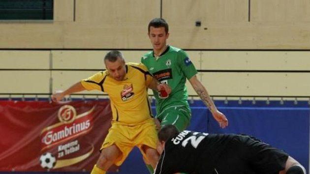 Projekt Kopeme za fotbal podpořil také jablonecký kanonýr Tomáš Pekhart (v zeleneém).