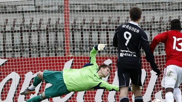 Žižkovský brankář Tomáš Vaclík inkasuje gól z penalty od Zdeňka Koukala (není na snímku).