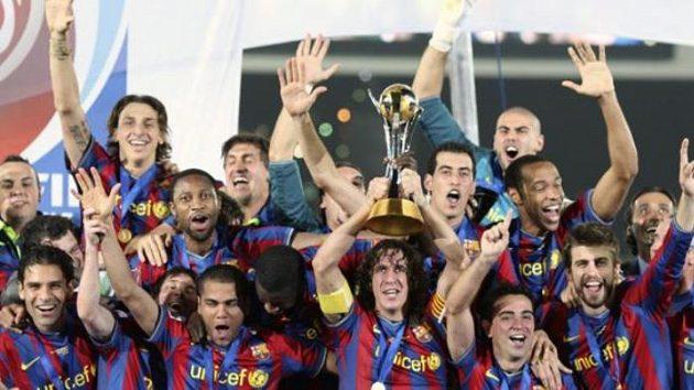 Fotbalisté Barcelony s pohárem pro vítěze mistrovství světa klubů.