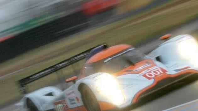 Prototyp Aston Martin posádky Charouz, Enge, Mücke při volném tréninku na 24 hodin Le Mans.