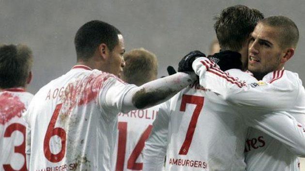 Fotbalisté Hamburku oslavují gól v utkání proti Brémám.