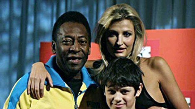 Legendární Brazilec Pelé (vlevo) a modelka Tereza Maxová (vpravo) představili vLondýně nové dresy české fotbalové reprezentace.
