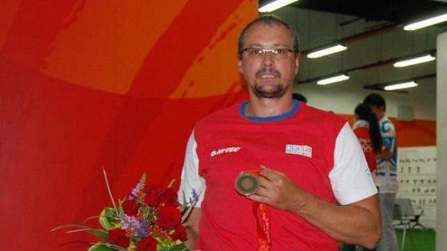 Rostislav Pohlmann s bronzovou medailí, kterou vybojoval na paralympidě v Pekingu v hodu oštěpem.