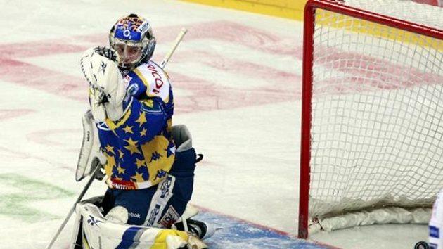 Brankář Zlína Sedláček inkasuje gól od hokejistů Slavie.