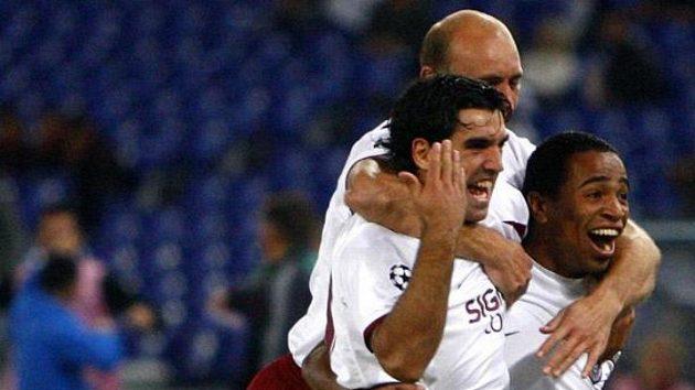 Radost fotbalistů Kluže z gólu na hřišti AS Řím