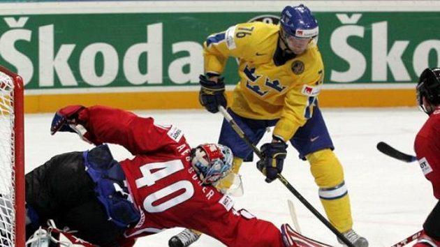 Švédský útočník Davidsson (uprostřed)