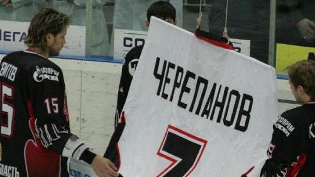 Hokejisté Omsku při vyjádření úcty bývalému spoluhráči Čerepanovovi