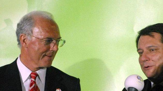 Premiér Jiří Paroubek odpovídá na dotazy šéfa organizačního výboru letošního fotbalového MS Franze Beckenbauera (vlevo) na prezentaci nadcházejícího šampionátu.