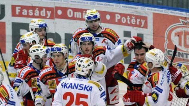 Hokejisté Slavie se radují z výhry.