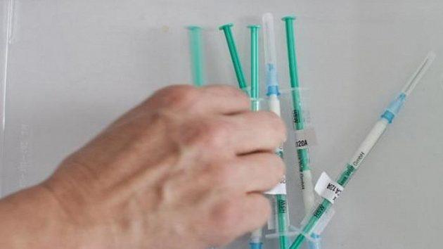 Injekční stříkačky s vakcínou proti prasečí chřipce - ilustrační foto