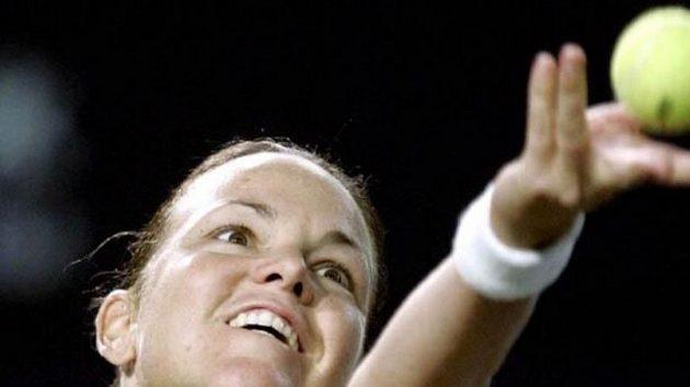 Lindsey Davenportová podává během svého zatím posledního utkání na okruhu WTA. Ve čtvrtfinále turnaje v Beijingu prohrála v září 2006 s Francouzkou Mauresmovou.