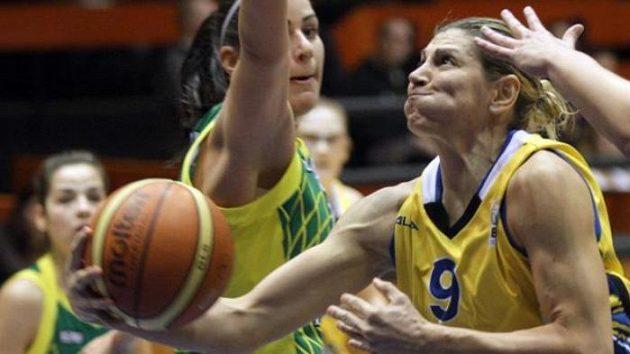 Evanthia Maltsiová z USK Praha (vpravo) v duelu Euroligy s maďarskou Šoproní.