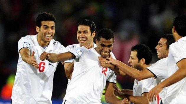 Fotbalisté Egypta oslavují gól Mohameda Hommose (uprostřed) v utkání Poháru FIFA proti Itálii - ilustrační foto.